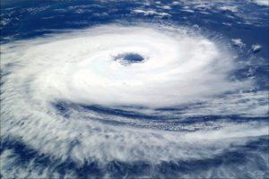 暴風警報と暴風注意報の風速の目安や違い